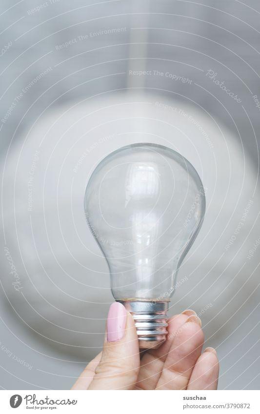leere glühbirne, gehalten von einer weiblichen hand Glühbirne Glas Hand Finger Fingernägel Schraubverschluss Birne birnenförmig durchsichtig veraltet festhalten