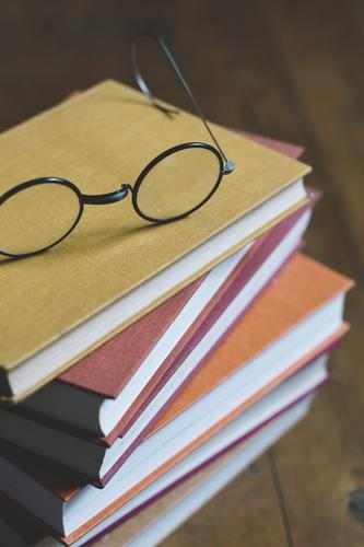 stapel bücher mit brille oben drauf Buch Bücher Bücherstapel Brille Ruhe Entspannung lesen Zeit Herbst Winter kalte Jahreszeit Herbstfarben Zeitumstellung