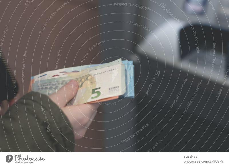 geld abheben .. ein paar euroscheine in der hand einer jugendlichen vor einem geldautomat Geld Geldscheine Euro Euroscheine Geld abheben Konto Bank Geldautomat