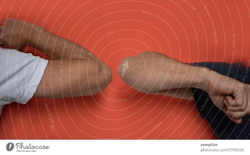 Ellbogengruß corona Virus Infektion Berührung Faust Begrüßung begrüßen Ghetto fist bump übertragung Kontakt Handschlag Gruß Kommunizieren Männerhand Finger