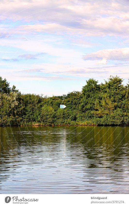 Wasserksifahrer nach rechts, Nichtschwimmer und Rettungsboote links, Moses bitte geradeaus Main Altarm Wassersport Reflexion & Spiegelung Fluss Hanau Himmel