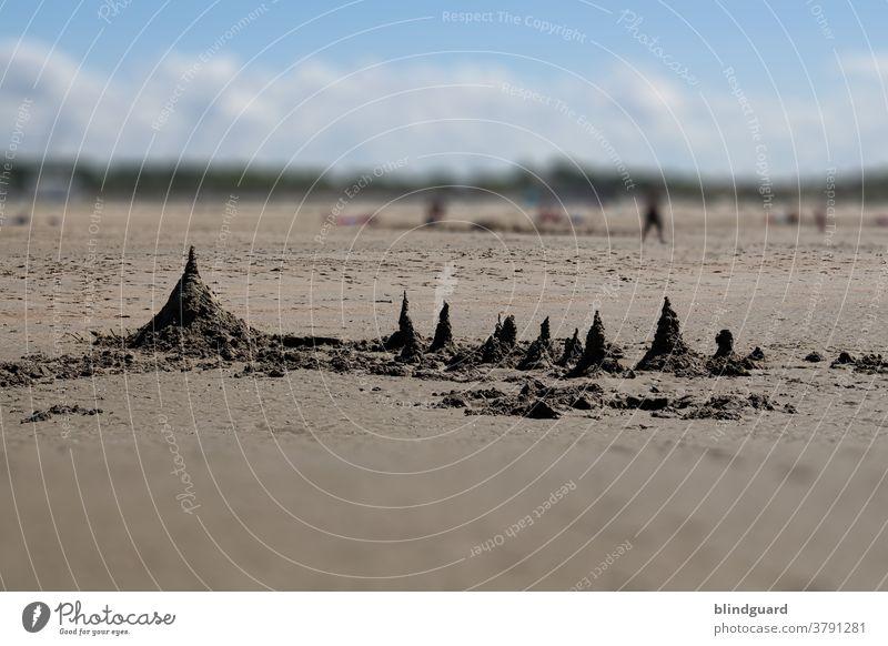 Futuristische Sandburg am Strand von Zeebrugge (Belgien) ... könnten natürlich auch nur einfache Hügel aus Strandsand sein Meer Ferien Urlaub Freizeit Erholung
