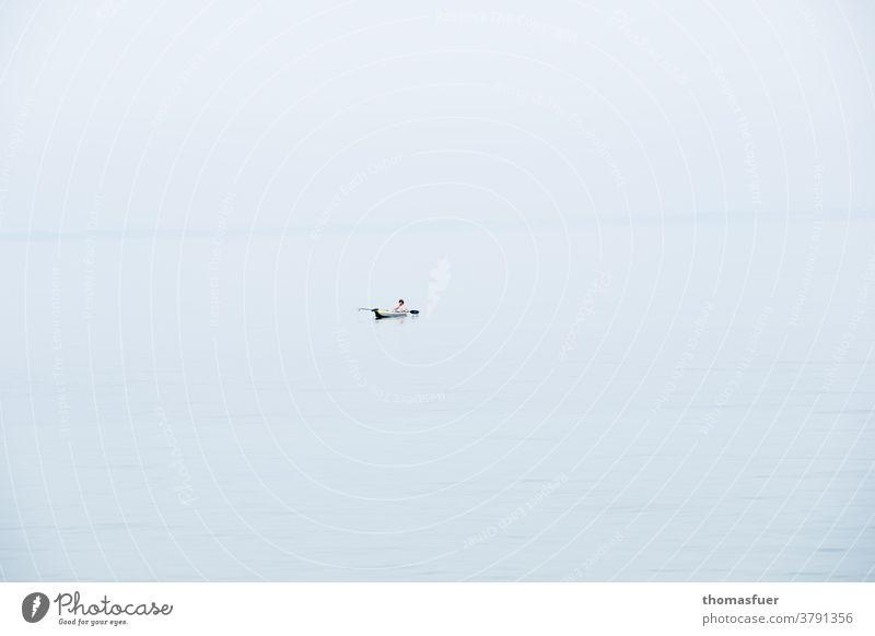 Paddelboot auf weiter, grenzenloser Wasserfläche Wassersport Sommer Freizeit & Hobby Ferien & Urlaub & Reisen Meer Außenaufnahme Einsamkeit Freiheit Corona