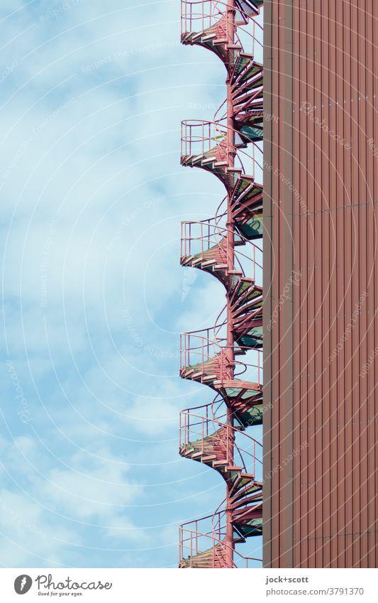 notwendige Treppe in Rot Architektur Fluchtweg vertikal Wege & Pfade Symmetrie spindeltreppe Sicherheit Treppengeländer Strukturen & Formen