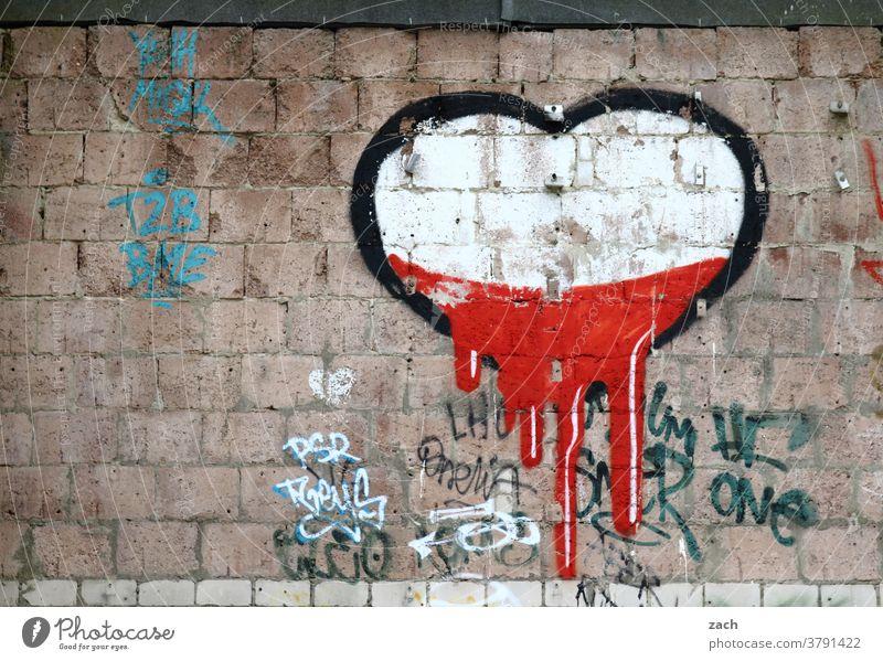 verflossene Liebe Liebeserklärung Romantik herzförmig Herz Zeichen Wand Fassade Graffiti Mauer Gebäude Berlin Street Art rot weiß fließen Backstein ziegelstein