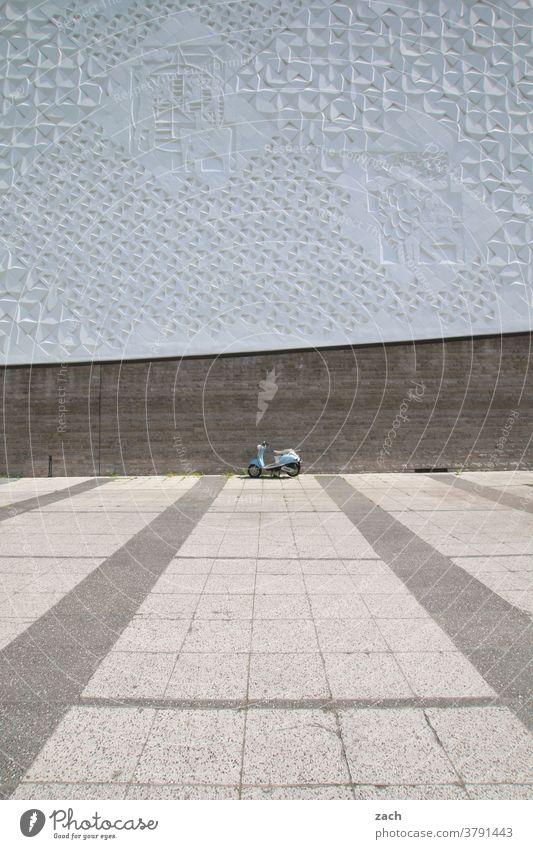 Wenn ich groß bin, werde ich ein Motorrad Berlin Hauptstadt Haus Fassade Hochhaus Mauer Wand Bauwerk Froschperspektive Straße Plattenbau moped Verkehr