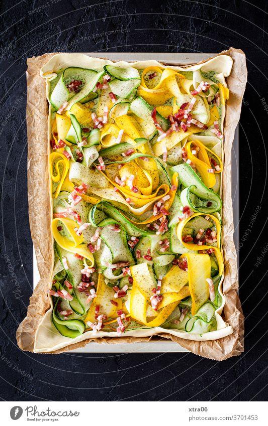 Zucchini-Quiche Speck Gemüse Gemüsequiche backen Blech Backblech Zucchinistreifen Backpapier Essen Essen zubereiten hausgemachte Speisen Abendessen Lebensmittel