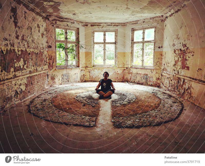 Zwischendurch muss die Fotoline auch mal Kraft tanken in so einem wundervollen Lost Place lost places alt Farbfoto Tag Innenaufnahme Wand Mauer Verfall