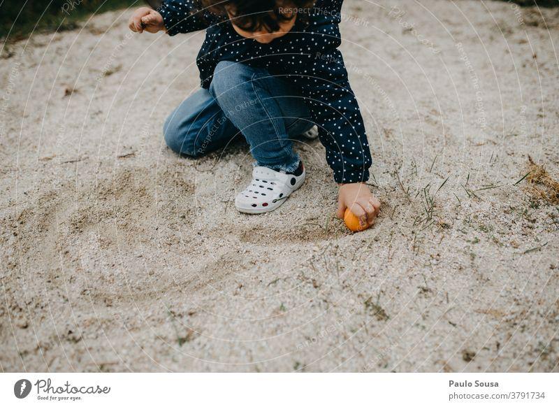 Kind spielt im Freien mit Sand Kinderspiel Kindheit Kaukasier Freude Farbfoto Außenaufnahme Lifestyle Tag Kleinkind Fröhlichkeit Spielen Mensch niedlich Gefühle