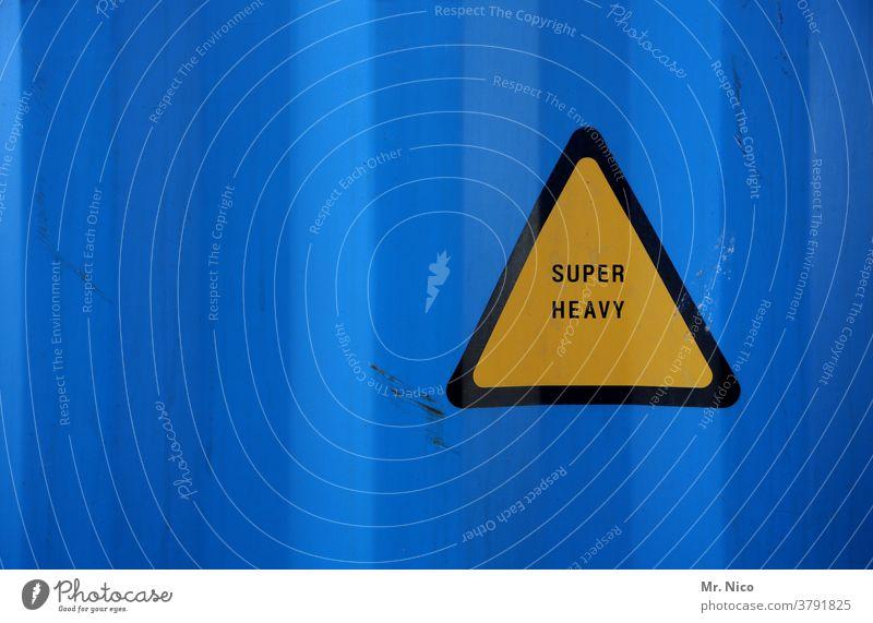 sehr schweres gelbes dreieck vor blauem Hintergrund Schwergewicht Schilder & Markierungen Hinweisschild Dreieck Warnschild Warnhinweis Container Zeichen