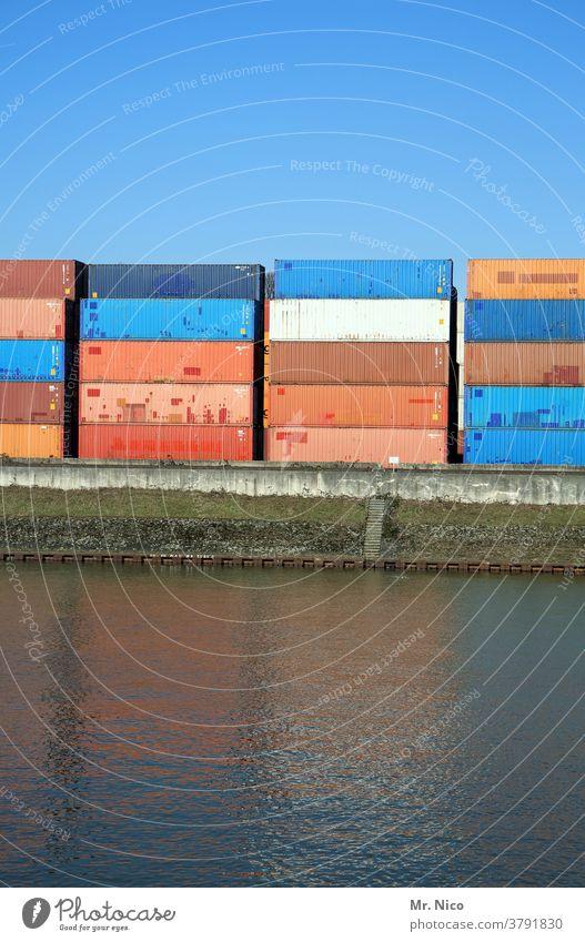 gestapelte Container im Hafen Containerterminal Güterverkehr & Logistik Hafenstadt Containerverladung Handel Schifffahrt Wirtschaft Wasser Blauer Himmel stapeln