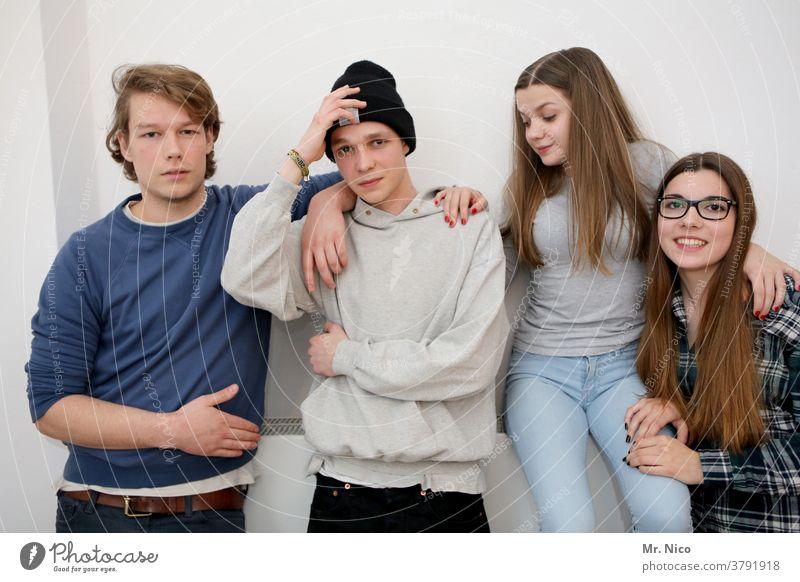 Vier Jugendliche Geschwister 4 Zusammensein Familie & Verwandtschaft Freundschaft Vertrauen Glück Zufriedenheit Lebensfreude Freude frech außergewöhnlich