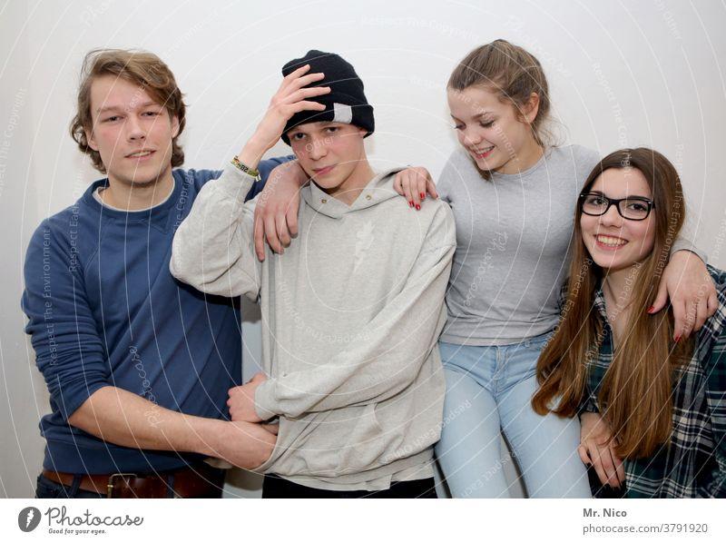Vier Jugendliche Geschwister 4 Zusammensein Zufriedenheit Glück frech Freude Lebensfreude Vertrauen außergewöhnlich Familie & Verwandtschaft Oberkörper Mütze