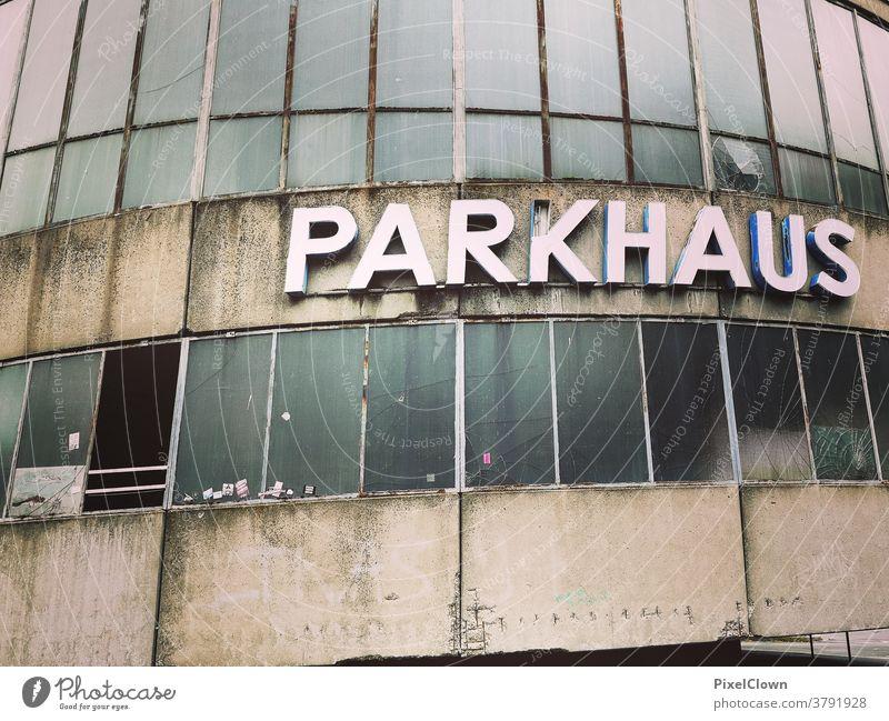 Parkhaus im schlechtem Zustand Tiefgarage Menschenleer Architektur Farbfoto Garage Beton Parkplatz parken Asphalt Parkdeck Verkehrswege grau Stadt