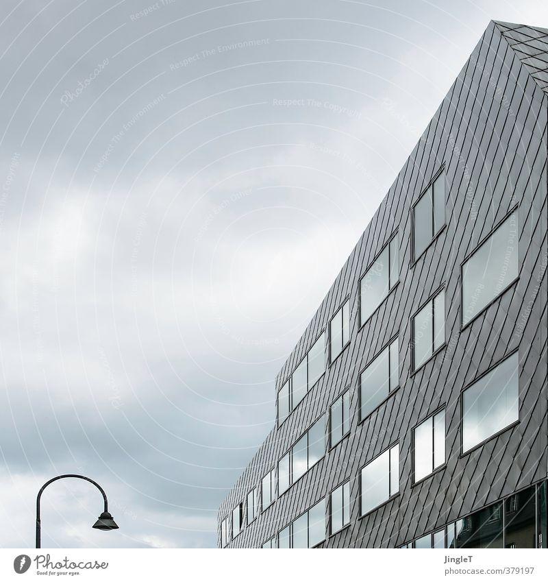 Baumaterial | Finale Fassung blau Stadt weiß Haus Architektur Gebäude grau Metall Fassade Häusliches Leben ästhetisch Sicherheit Schutz Bauwerk Köln Bürogebäude