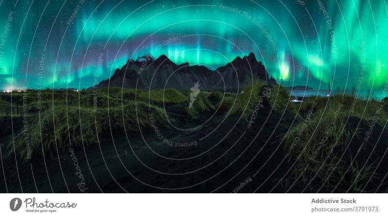 Nordlicht über Bergen bei Nacht nördlich Licht Berge u. Gebirge malerisch Aurora leuchten Hochland Himmel Island Farbe Gelände dunkel felsig Landschaft Umwelt