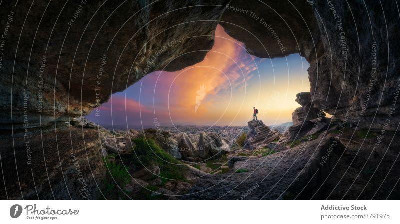 Reisender auf Felsen im Hochland bei Sonnenuntergang Abenteuer Berge u. Gebirge Fernweh Hügel sorgenfrei Freiheit Landschaft Island männlich spektakulär Urlaub