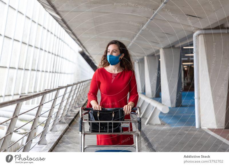 Frau mit Gepäckwagen im Flughafen Handwagen reisen Abheben Spaziergang Tourist Tasche Reise Ausflug Ausflugsziel Feiertag warten Urlaub Tourismus Passagier