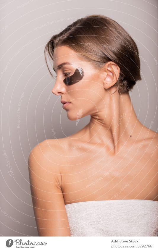 Gelassene Frau bei der täglichen Routinebehandlung im Studio Auge Fleck Hautpflege Schönheit schwarzer Fleck Leckerbissen Atelier natürlich Kosmetologie