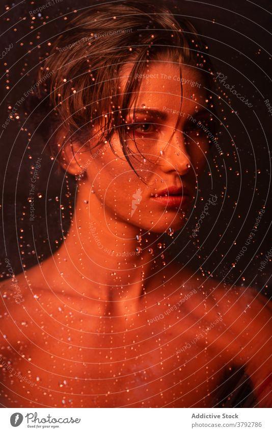 Verträumte Frau hinter nassem Glas Schönheit Hautpflege Make-up nackte Schultern sinnlich perfekt Porträt Tropfen Wassertropfen Glamour Kosmetik traumhaft