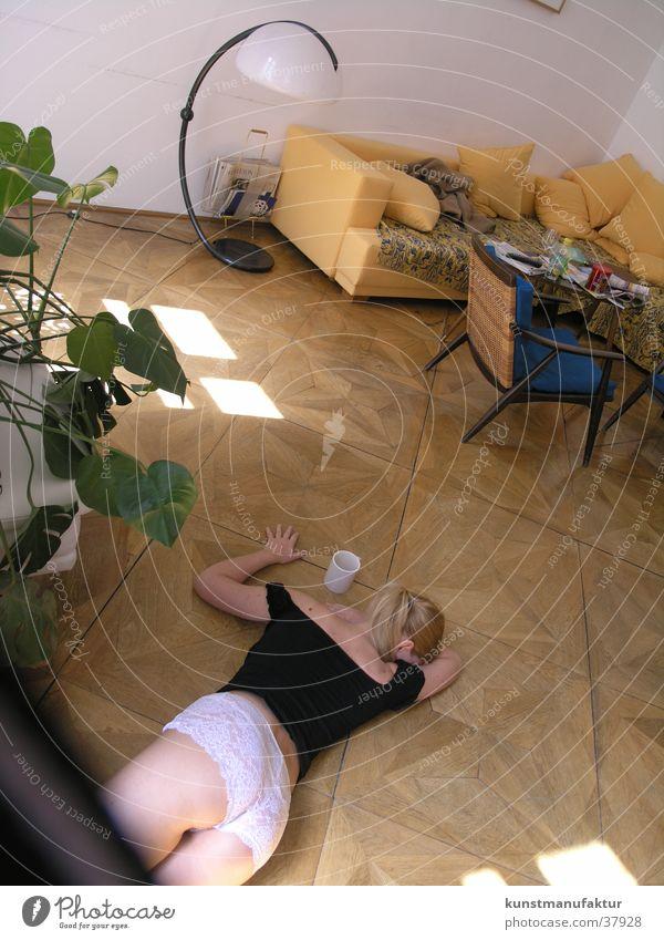 Lust am Nachmittag Frau feminin Erotik Wohnung Parkett Nachmittag Bodenbelag
