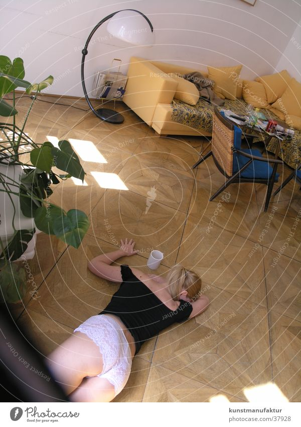 Lust am Nachmittag Frau feminin Erotik Wohnung Parkett Bodenbelag