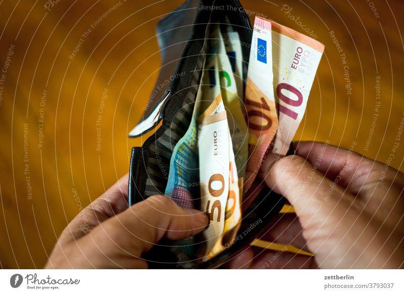 Bargeld in Portemonnaie bank bargeld bestechung bezahlung einnahmen euro finanzen geldbörse geldschein korruption papiergeld portemonnaie schwarzgeld spielgeld