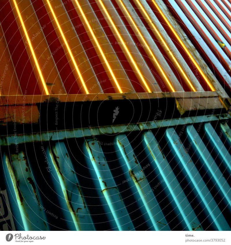 Farbkombination | goldtürkiser Edelglanztrash container streifen metall metallisch glänzen delle rost übereinander gestapelt diagonal schräg hart gewicht