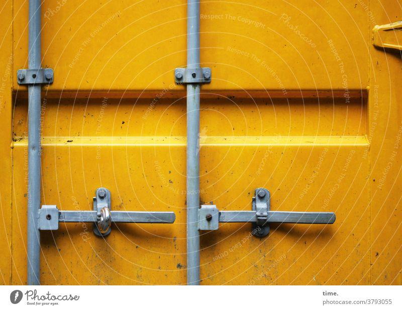 sicher ist sicher ist ... container metall eisen tageslicht blech zeichen gebraucht schloss zu verschlossen sicherheit riegel verriegelt gelb grau scharnier tür