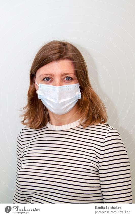 Frau, die eine Anti-Virus-Schutzmaske trägt, um Grippeinfektionen, Allergien, Virenschutz, COVID-19 und Coronavirus-Pandemie 2019 zu verhindern Mundschutz
