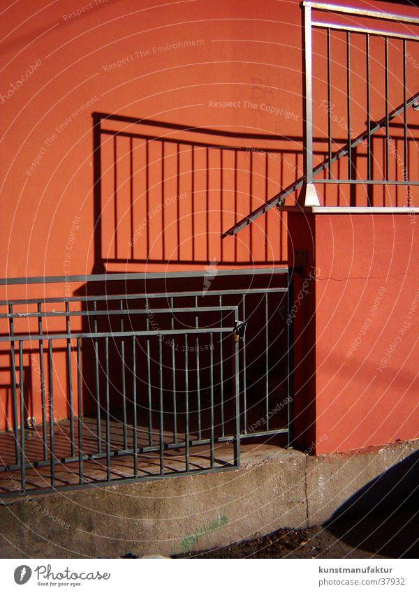 Detailblick rot Gitter Architektur Geländer Sonne Schatten Leiter Treppe