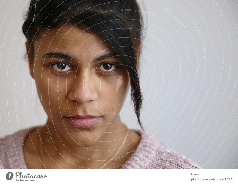 Samina Porträt ernst Frau Zeit schwarzhaarig Konzentration Inspiration Erwartung Interesse Neugier Wachsamkeit selbstbewußt schön warten feminin gesicht