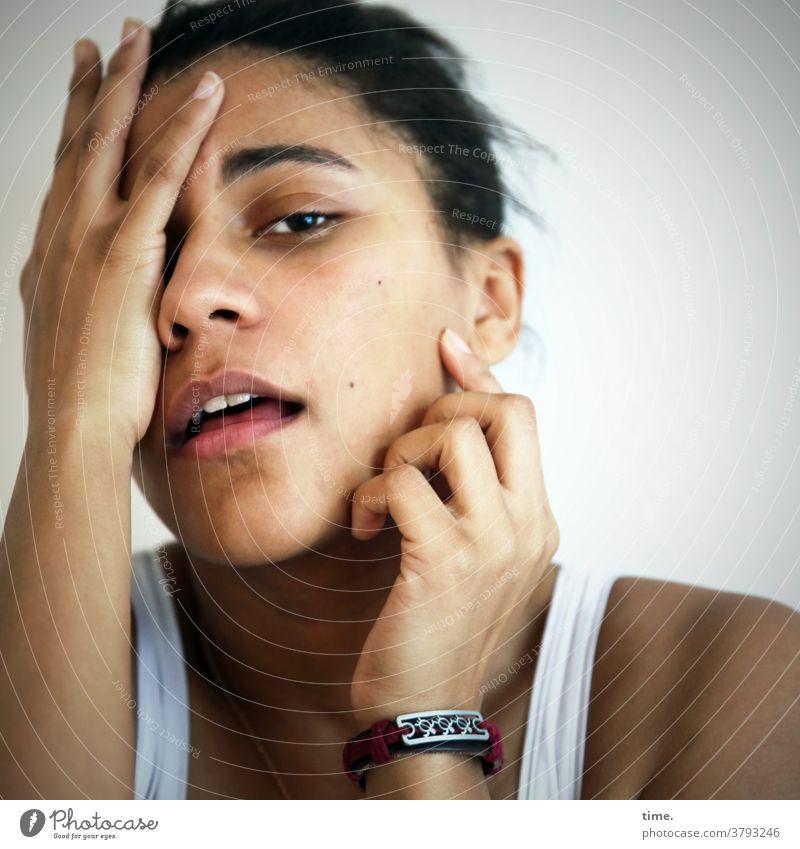 Samina Frau schwarzhaarig unsicher schützen verstecken emotion Schauspielerin gesicht schön feminin Sorge Stimmung ernst Zeit t-shirt halten finger hände