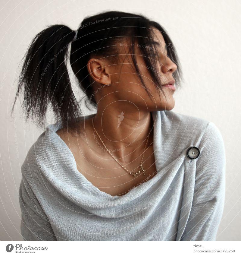 Samina Porträt ernst Pullover Frau Haare & Frisuren langhaarig zopf Zeit schwarzhaarig Stimmung Konzentration Inspiration Erwartung Sorge Interesse Neugier