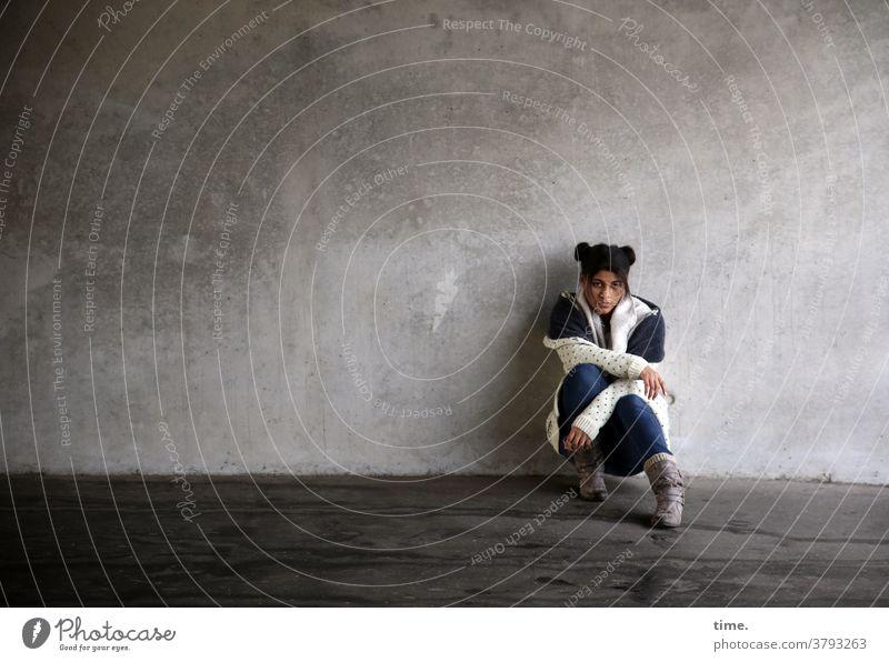 Samina Wachsamkeit hocken Frau anlehnen Neugier Vorderansicht Oberkörper Porträt Textfreiraum links Außenaufnahme Farbfoto aufstützen Konzentration Interesse