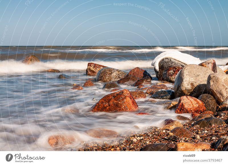 Die Ostseeküste bei Kühlungsborn im Winter Küste Strand Steine Meer Wasser Schnee Wellen Eis Mecklenburg-Vorpommern Himmel blau wolkenlos Natur Landschaft kalt