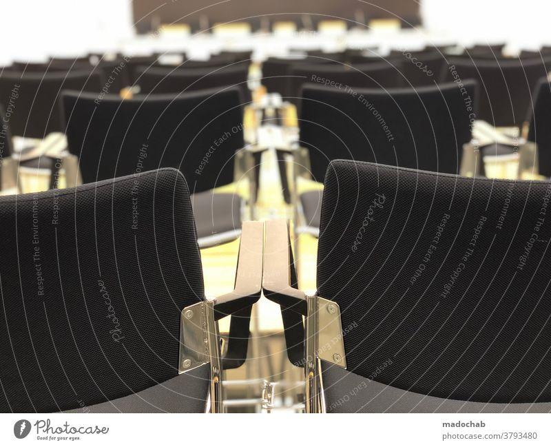 Nach der Pressekonferenz Stühle Konferenzraum Veranstaltung Sitzgelegenheit leer Sitzreihe Bestuhlung Publikum Stuhlreihe frei Platz Reihe Menschenleer warten