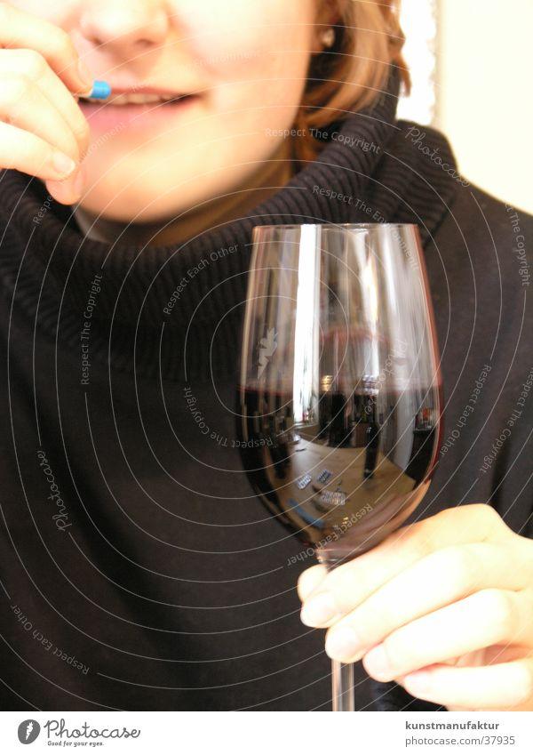 Alcofree Frau Alkohol Kapsel gegen Hangover Glas Wein