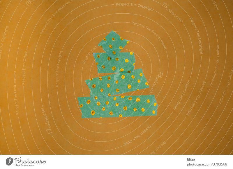 Weihnachtsbaum aus grünem Klebeband mit goldenen Punkten auf gelbem Hintergrund Weihnachten kreativ abstrakt Tape punkte basteln Weihnachten & Advent