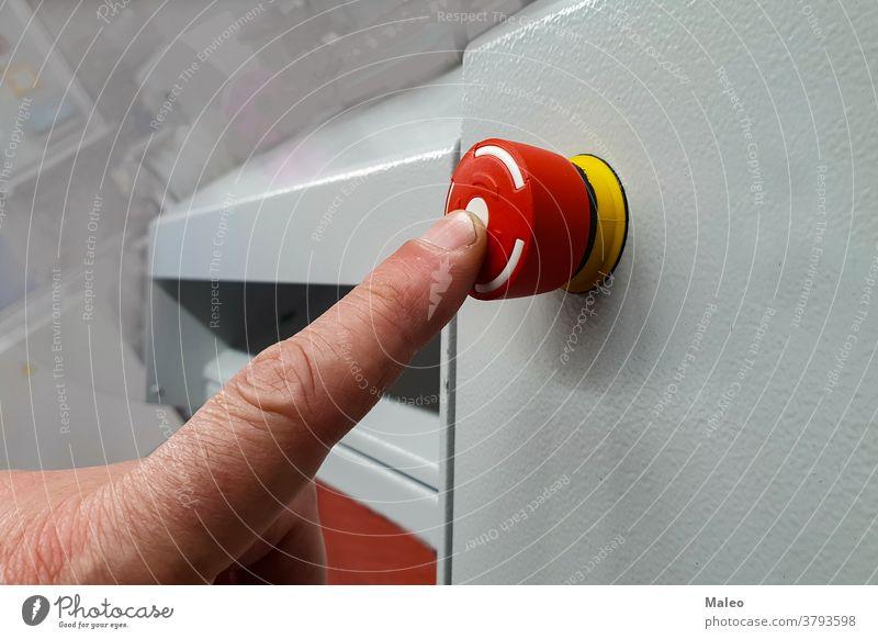 Finger auf den roten Knopf verrotten Maschine Alarm kontrolle gefahr notfall Hand Industrie Job human aus stoppen Werkzeug schalter Dienst Arbeit arbeiter
