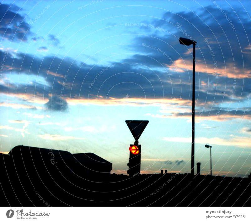 Kleinstadtabend Wolken Laterne Ampel