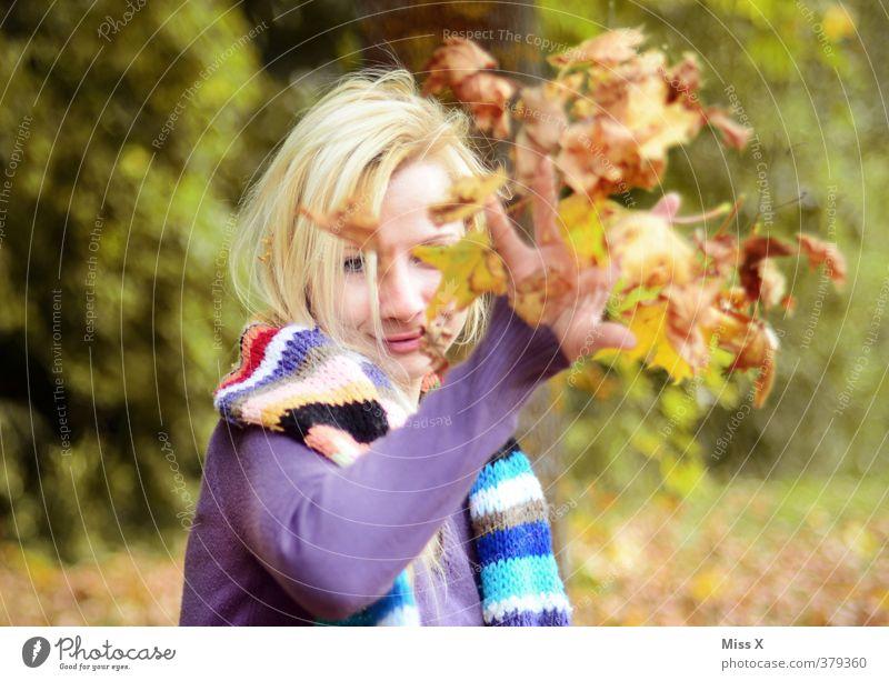 Bald kommt der Herbst Spielen Mensch feminin Junge Frau Jugendliche 1 18-30 Jahre Erwachsene Blatt Lächeln lachen werfen Gefühle Stimmung Freude Fröhlichkeit