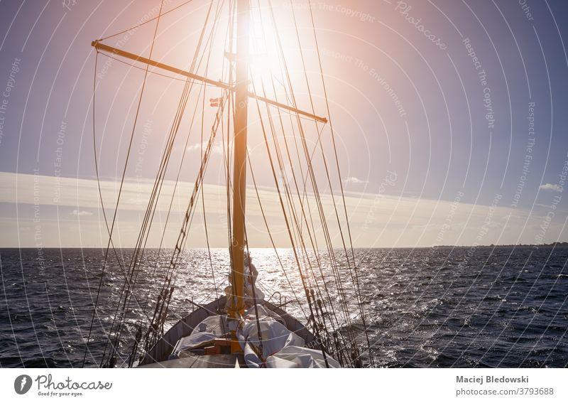 Segeln gegen den Sonnenuntergang. Schiff Abenteuer reisen Sport Wasser Kreuzfahrt Freiheit winken MEER Lifestyle Schoner Horizont Boot Wind Meer Mast Verkehr