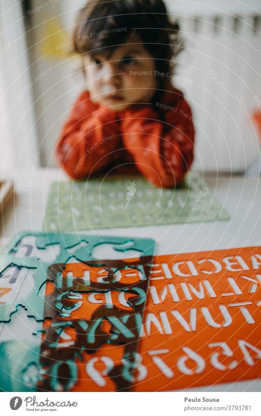 Kind zu Hause gelangweilt Kindheit Kinderspiel Kindheitserinnerung Freude Spielen Kindererziehung Fröhlichkeit Leben Lifestyle Freizeit & Hobby mehrfarbig