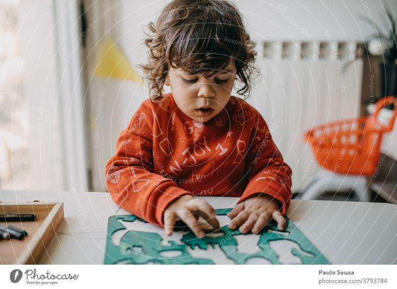 Zu Hause spielendes Kind Buchstaben Alphabet Lateinisches Alphabet Schriftzeichen schwarz Sprache Großbuchstabe Farbfoto Brief Typographie Wort Kommunizieren