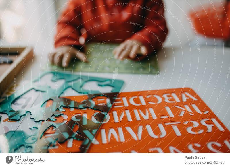 Kind spielt Bildungsspiel zu Hause Kinderspiel Kindergarten lehrreich Alphabet Buchstaben authentisch Schriftzeichen lernen Schule Farbfoto Spielen