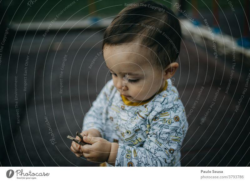Kleinkind spielt auf dem Spielplatz Spielen 1-3 Jahre Kind Kindheit Mensch Außenaufnahme Farbfoto Tag Freude im Freien Natur Herbst authentisch Kindergarten