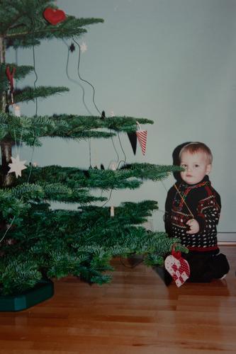 Junge am Weihnachtsbaum Filmmaterial Kind Weihnachten & Advent Weihnachtsdekoration Baumschmuck Farbfoto Sitzen alt retro Scan Retro-Stil Retro-Trash