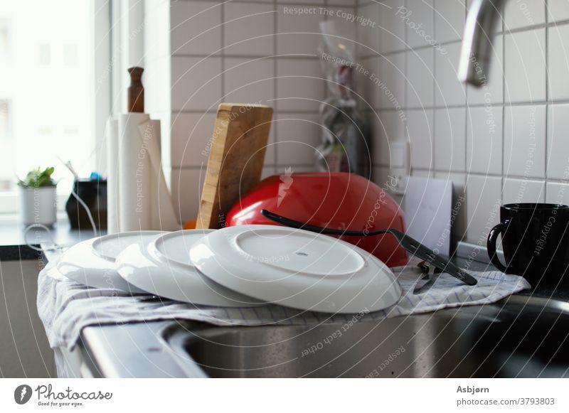 Sauberes Geschirr auf der Theke Küche Gerichte Geschirr gestapelt Sauberkeit Geschirrspülen Haushalt Reinigen Haushaltsführung unordentlich wirklich authentisch