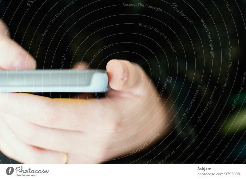 Person mit Telefon Makro Nahaufnahme Hände Smartphone Technik & Technologie Lifestyle Frau modern verbindend eine Person